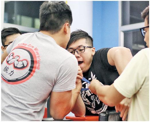 與會中最強成員阿宗(左)比併,鄺梓文(右)說他要另一人以拉力帶拉着作為輔助才有勝算。(相片由受訪者提供)