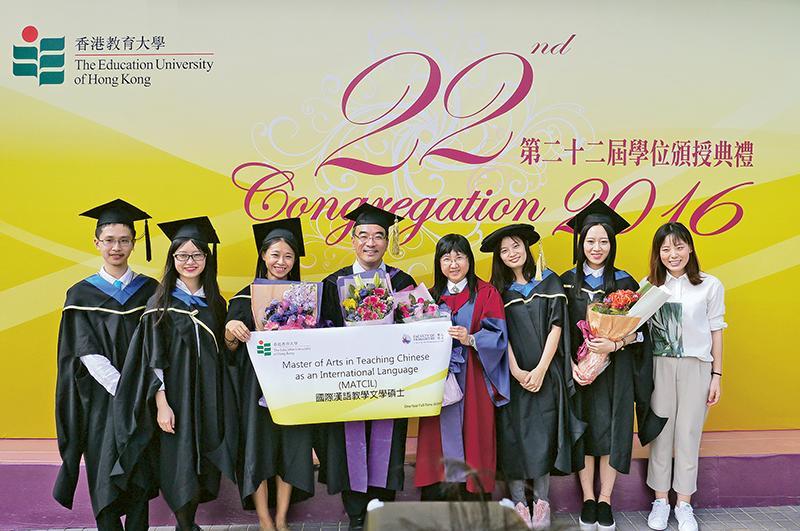 香港教育大學中國語言學系副教授張連航博士 (左四)與一眾「國際漢語教學文學碩士」課程畢業學員合照留影。