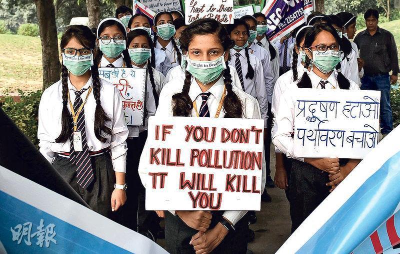 印度新德里上月中有學童示威,要求政府加速解決空氣污染問題,以免民眾被污染「殺死」。(法新社)