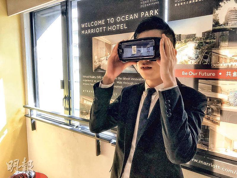 因酒店工程尚未完成,招聘會設VR虛擬實境裝置,讓應徵者率先體驗酒店一間25平方米的房間。(劉家豪攝)