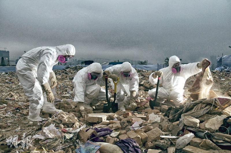 警方搜查隊工作包括事故現場搜索等,其中於2010年馬頭圍塌樓事件中,曾協助居民在瓦礫中搜尋財物。(警方提供)