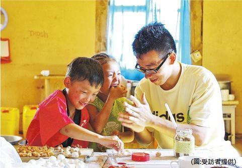 蒙古工作營——Bird(右)參加工作營,和蒙古小朋友一起搓湯圓。(圖﹕受訪者提供)