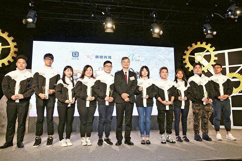 羅局長(左六)與10 名「展翅青見超新星」得獎者。