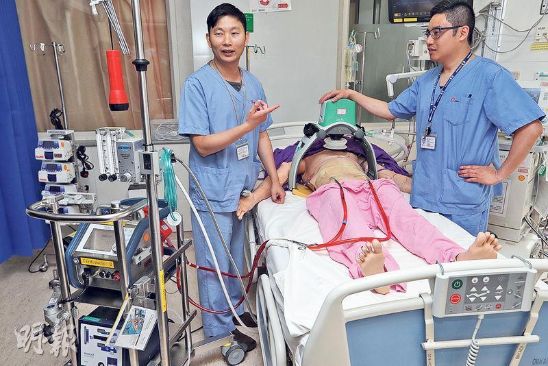 瑪麗醫院成人深切治療部團隊獲得國際組織ELSO的金級認證,代表團隊使用ECMO機(左下方,人工心肺機)達國際水平。圖左為成人深切治療部副顧問醫生魏振威,右為資深護師梁偉恆,病人身上綠色儀器為人工心肺復蘇機。(郭慶輝攝)