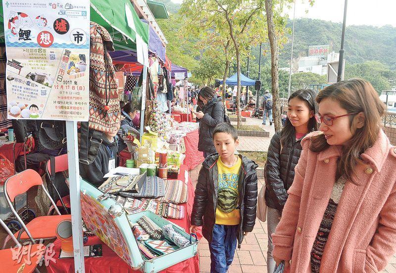 「鯉想墟市」設於鯉魚門牌坊附近,共30檔,售賣具民族風的布袋飾物、自家製食品、肥皂和香包等貨品。主辦組織同時舉辦鯉魚門導賞團和茶果工作坊,推廣當區文化。(劉焌陶攝)