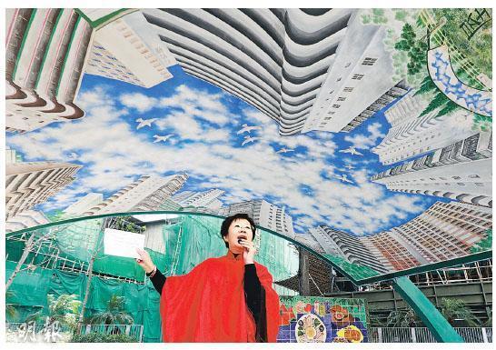 「蘇屋三寶」亦包括圖中的「燕子亭」,亭上油上屋邨的壁畫。房屋署副署長馮宜萱(左圖)說,房署這次找來當年的畫師麥榮重畫壁畫,以保留該亭特色,日後將繼續成為邨內休憩處。