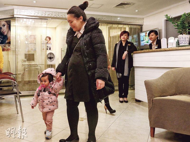 張太(左二)加入公司7年,從少女到為人父母,下月將誕下第二胎,她說,懷孕期間若身體不適或要產檢,公司都會彈性安排工作,容許她上班期間離開數小時。(曾憲宗攝)