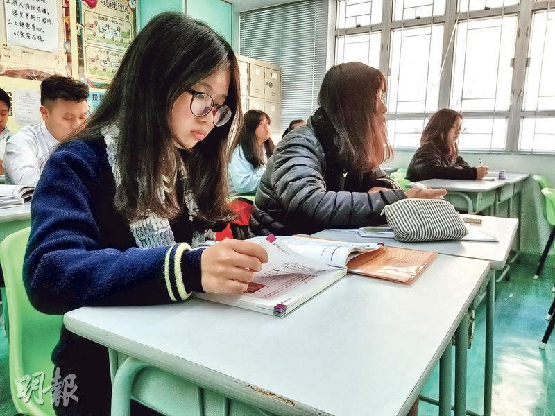 17歲的孫思濤(左一)去年從內地移民來港,雖然英文不佳,但仍努力考得全級第一,並加入義工隊,探訪劏房戶令她憶起初來港時一家六口住在單人公屋單位,體會真實的香港。