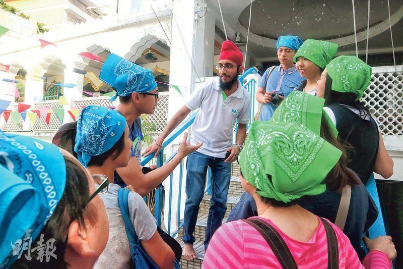 愛同行導賞員帶領本港學生參觀灣仔錫克廟,同學亦戴上頭巾融入錫克宗教文化。