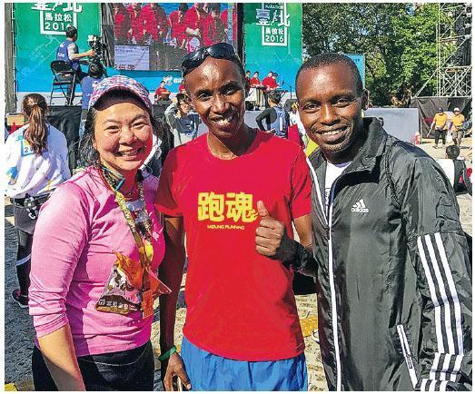 MIRARunners共同創辦人Candice與Lukas Wambua Muteti(中)於去年台北馬拉松後留影。(相片由受訪者提供)
