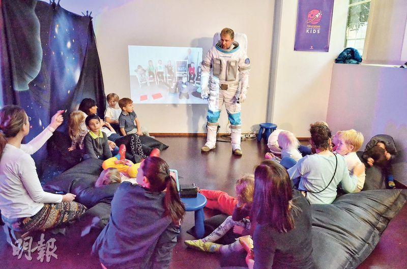 有學前教育初創企業在Slush展示如何利用Skype跟芬蘭其他地方的學童上互動課堂,當日展示的主題為認識太空人的生活。(曾永昌攝)