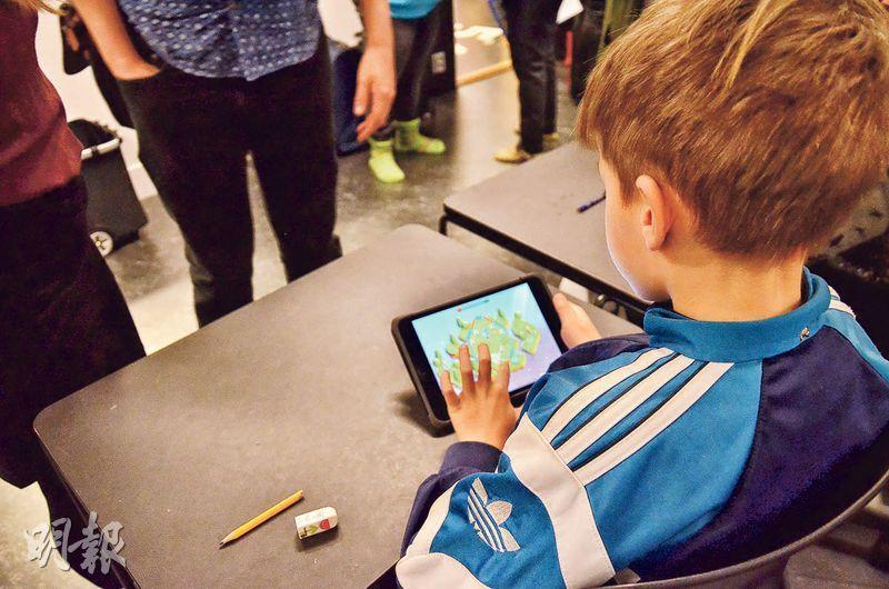 學生看似在玩遊戲,但其實是學習一部分,例如從遊戲中認識化學元素。(曾永昌攝)