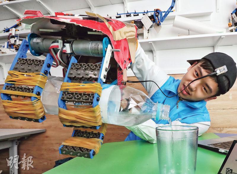中一學生丁天俊(圖)發明的機械臂,用裝有感應器的帽子控制,使用者只要將頭向左微傾,機械臂的「手指」便會合;頭向右微傾,「手指」則會打開。戴上這隻機械臂,手指無力甚至沒有手指的人,便能自己完成拿東西和斟水等簡單動作。(李紹昌攝)