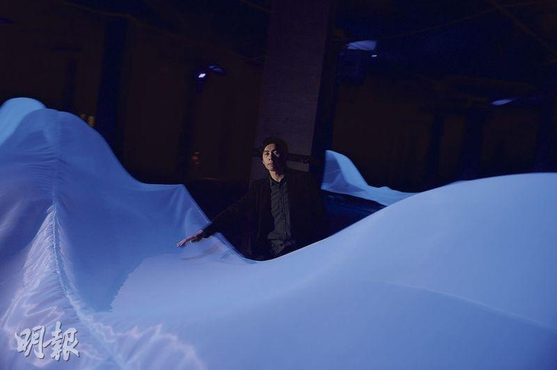 「大禹之後」——大坑東蓄洪池首次開放舉辦展覽「大禹之後」,藝術家伍韶勁以布、風扇、UV燈呈現水光感覺。(圖:劉焌陶)