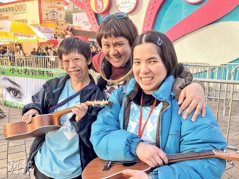 患有智障的Josephine(左)和Bobo(右)都參加了黃潔瑤(中)舉辦的計劃,盼透過拍攝短片展示才能,成為網絡紅人KOL,吸引贊助以獲取收入。圖為3人到維園彈奏小吉他時所拍的照片。(劉家豪攝)