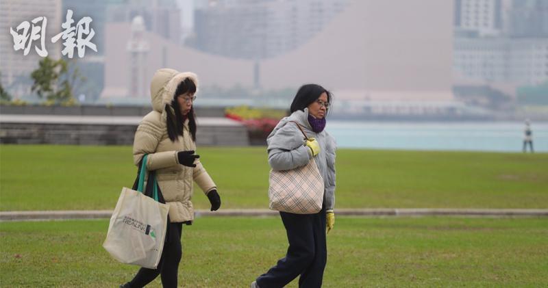強烈冬季季候風正為廣東帶來寒冷的天氣,市民外出時添衣。(郭慶輝攝)