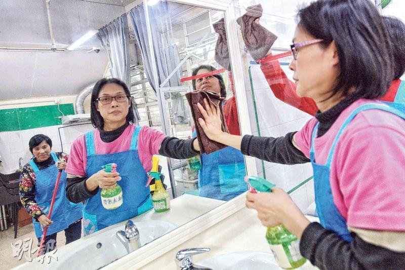 香港家務助理總工會推出「歲晚大掃除搵工互助計劃」,為市民轉介家務助理大掃除,工友昨示範家居清潔,她們指大掃除需在短時間內清理積存已久的污漬,形容「做一次大掃除就像生一次小朋友那麼辛苦」。(楊柏賢攝)
