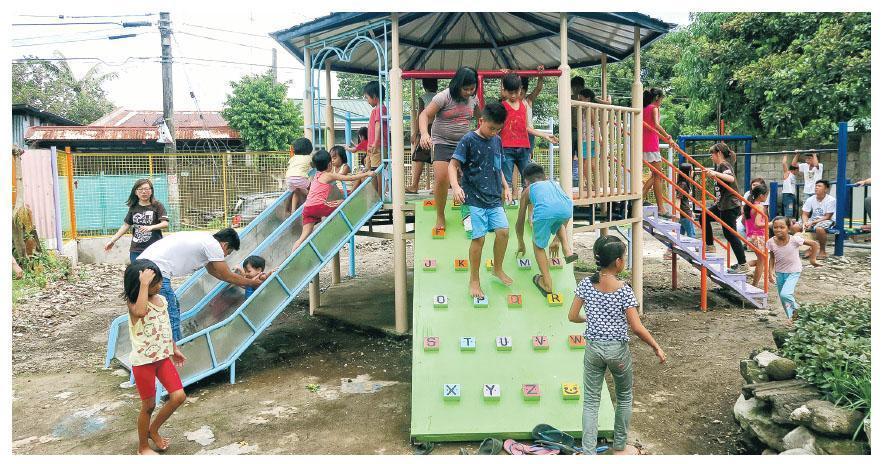 「Mission Until Dawn」成員分別於去年12月及今年6月赴菲律賓聖巴勃羅(San Pablo)市,親手搭建市內唯一遊樂場(圖),有滑梯、攀爬架、鞦韆等,訓練兒童體能控制。(受訪者提供)