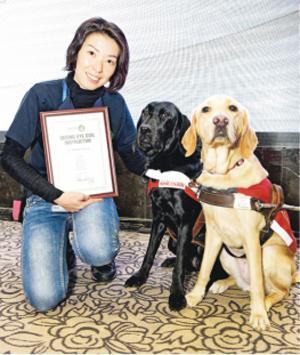 首名土產培訓導盲犬導師李苑甄噚晚獲國際導盲犬聯盟(IGDF)頒贈畢業證書,確認佢嘅專業資格。(香港導盲犬服務中心提供)