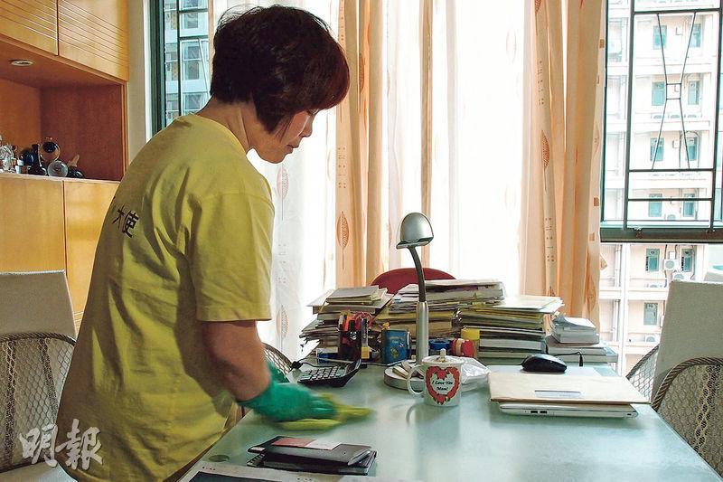 雪珍(圖)做了「樂活助理」6年,她平日趁兒子上學的空檔,受聘到不同住所做清潔,幫補家計。(僱員再培訓局提供)
