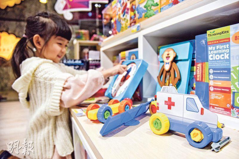 圖中小女孩正透過一個玩具時鐘,來學習時間知識。(黃志東攝)