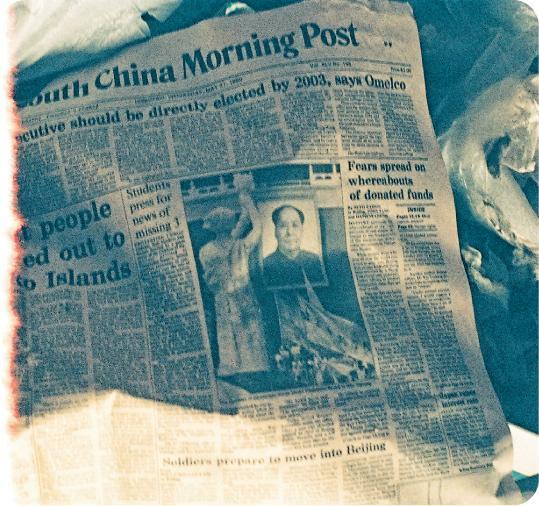當日頭條——嚴瑞芳於遷離後的公務員建屋合作社拍下一份1989年出版的報紙,頭條為天安門事件。(圖:WMA)