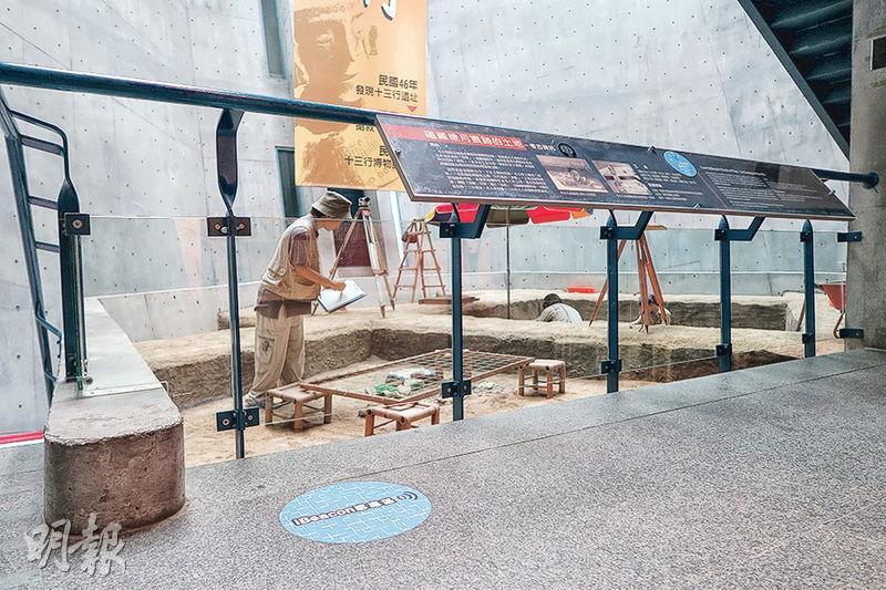 位於新北市八里區的十三行博物館率先建設Beacon導覽系統,訪客走到館內「iBeacon感應區」(左下藍色標示)時,將手機連接藍牙及開啟指定App,就可獲取相關導覽資訊。(岑詠欣攝)