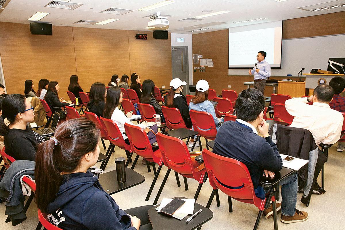 浸大社會科學院開辦的「社會科學 (當代中國研究)」、「公共行政管理」和「全球社會研究」三個碩士課程,以跨學科作為課程設計重點,配合多元化的體驗式學習,培養學生具備全球視野探討本港或國際層面的問題,並能在不同的事業領域中展所長。