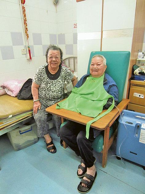 吳佛港和妻子一同入住院舍雙人房已有一年多。