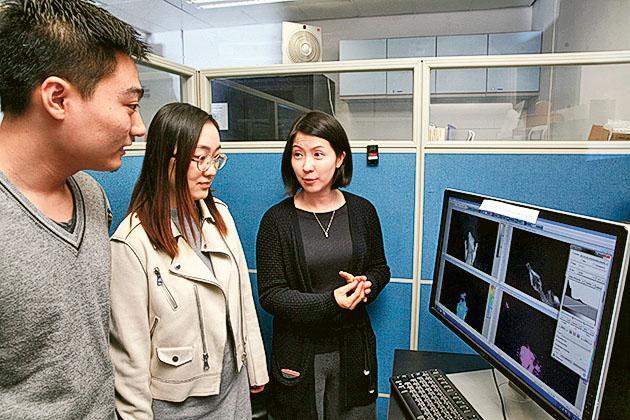 城大機械及生物醫學工程學系助理教授陳葦恩(圖右一)與學生在實驗室內學習磁力共振的原理。