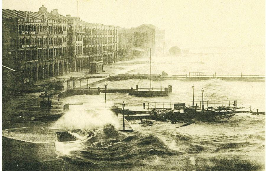 圖為1906年9月18日颱風襲港期間嘅中環海旁,天文台長岑智明話該颱風影響範圍細小,堪稱「侏儒颱風」,但佢正面襲港,所以造成重大破壞。(岑智明提供)