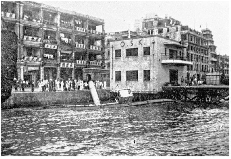 1937年9月颱風襲港後,太古船塢一艘船喺干諾道中海旁沉沒。(政府檔案處提供)