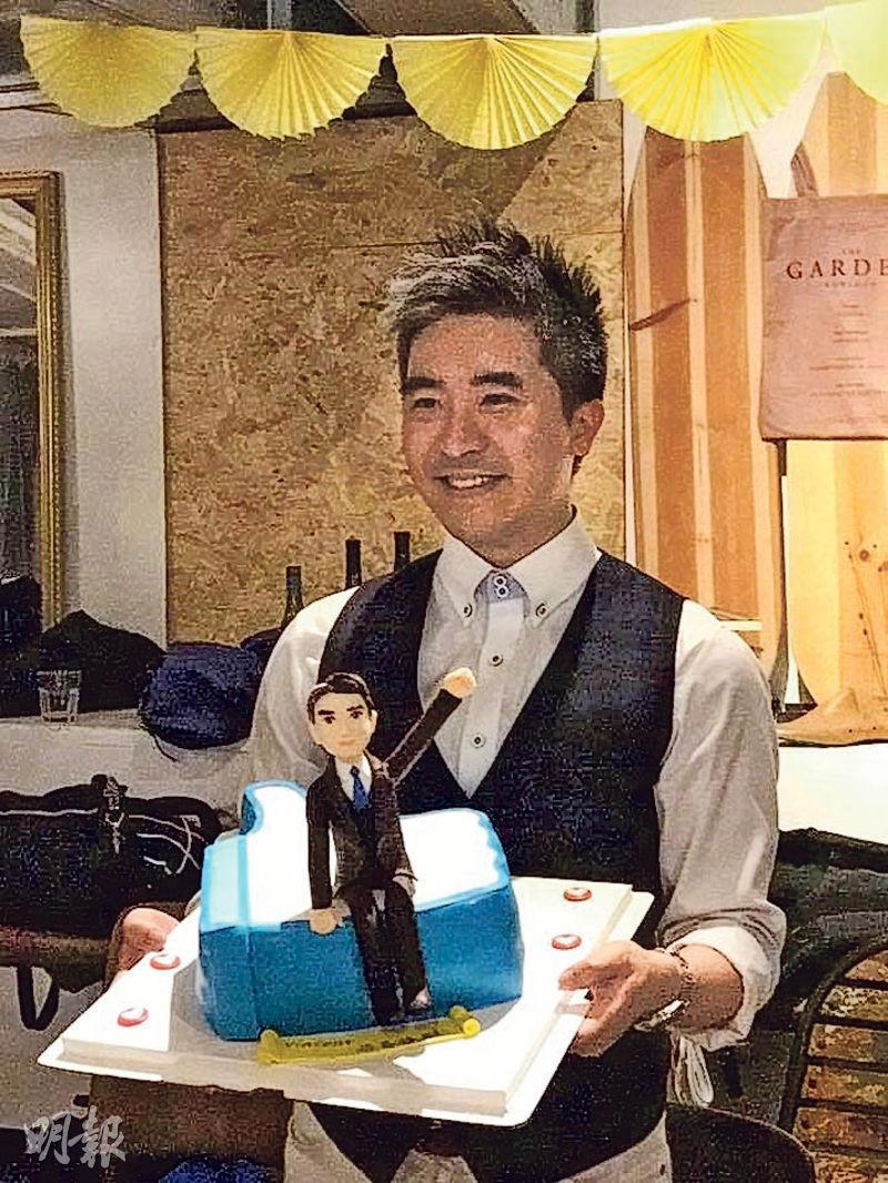 同事歡送——去年離開壹傳媒時,同事為徐緣搞的farewell party,以他的個人肖像製作蛋糕。(圖:張美珊)