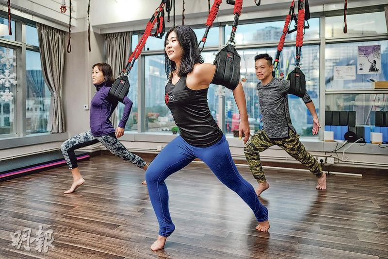 基本動作——彈弓吊繩可變奏出不同動作,想改善痛症,可由入門動作開始。(圖:蘇智鑫)