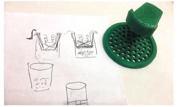 課程會鼓勵長者先用紙筆畫出概念圖,其後會在導師的指導下利用簡單的電腦軟件畫出草圖,再用3D打印機製作成品。圖為易女士設計及製作的小工具,可浮於水,方便用家把浸在清潔藥水中的假牙拿出,又可平放在枱面晾乾。(受訪者提供)