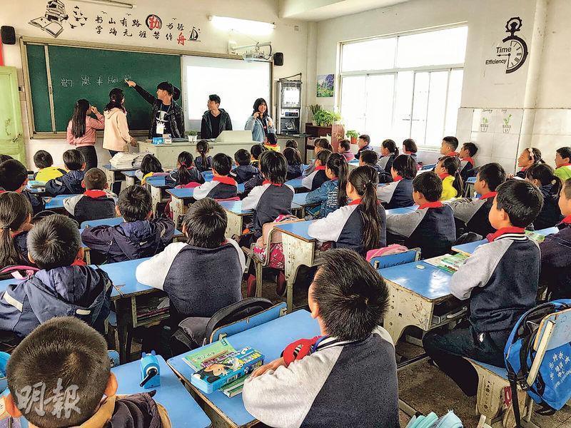 路德會西門英才中學學生去年赴杭州與姊妹學校學生交流,並探訪當地學校參與義教,扮演小老師,向內地小學生教授知識。(受訪者提供)