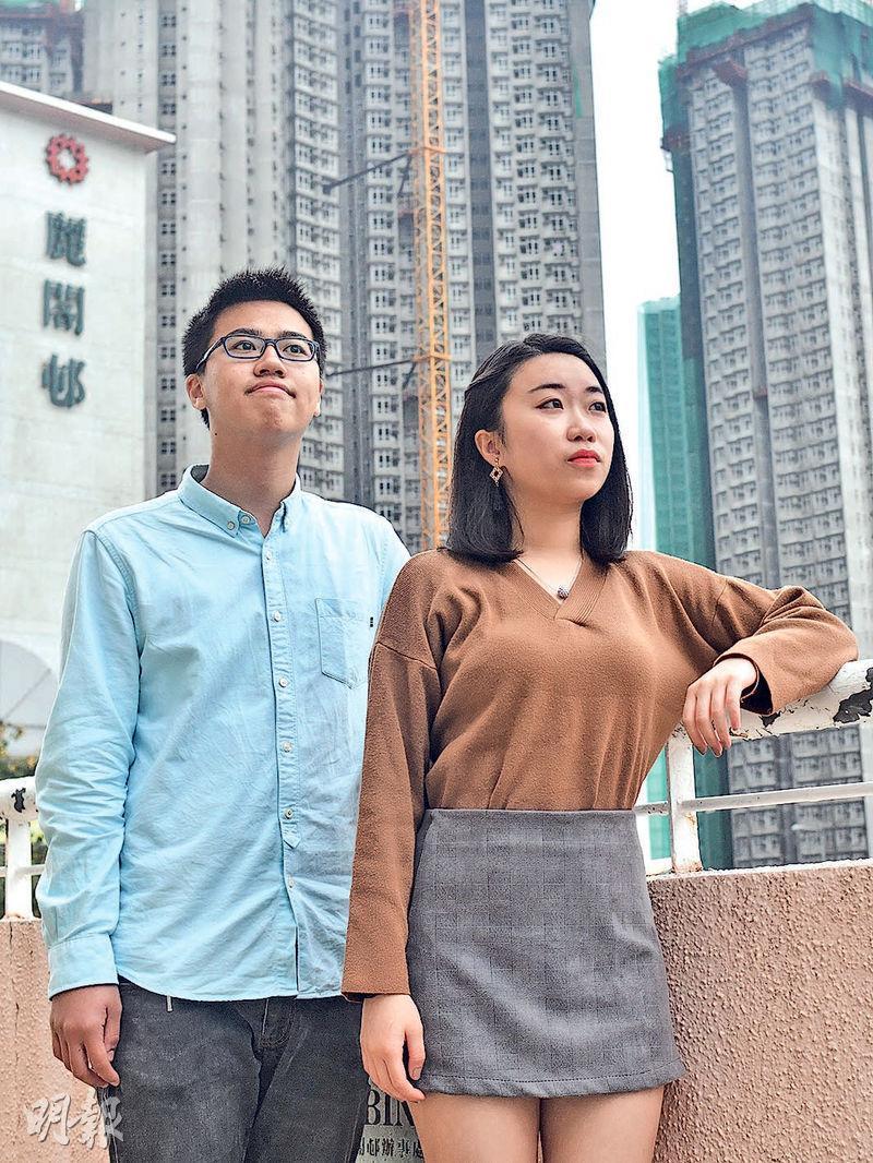 應屆中六生黃沛彥(左)有意到內地升讀師範大學。他認為在內地修讀中文更加專業。中六生李芊晴(右)打算到台灣讀獸醫及就業,她認為台灣的師資及設施會較完善。(馮凱鍵攝)