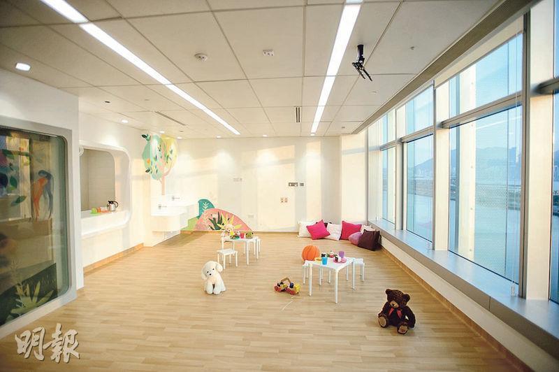 除了深切治療部和初生嬰兒深切治療部,兒童醫院各樓層的病房均設有寬敞的玩具室,供不用隔離及有能力走動的病童玩樂。(楊柏賢攝)