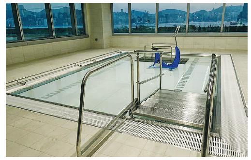 兒童醫院設多種復康設施,包括可調節水深的水療池,以協助病童接受不同類型的物理治療,如矯正他們的姿勢、訓練肌肉等。(立法會議員陳沛然fb圖片)