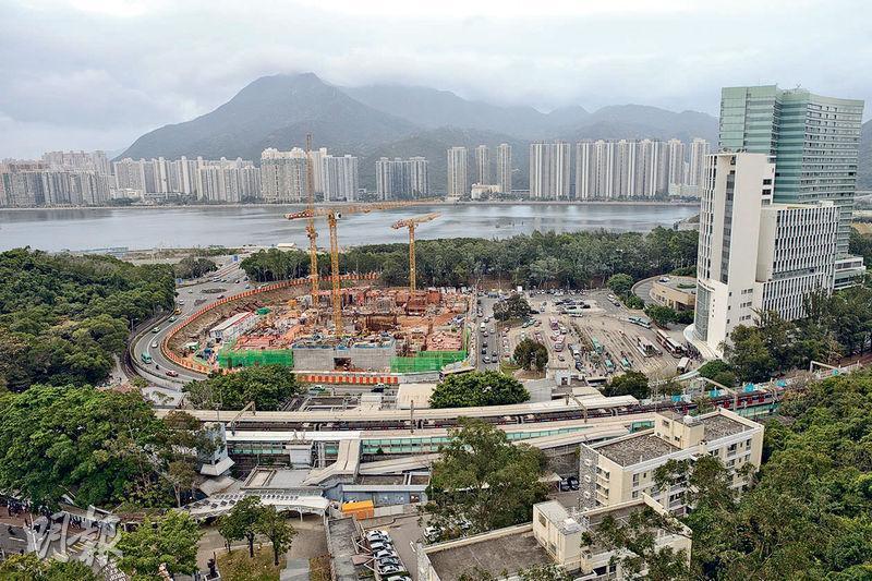 中大斥資約63億元興建的全科私家醫院「中文大學醫院」,位於大學站旁,已動工興建,預計2019年落成,2020年分階段投入服務。(鍾林枝攝)