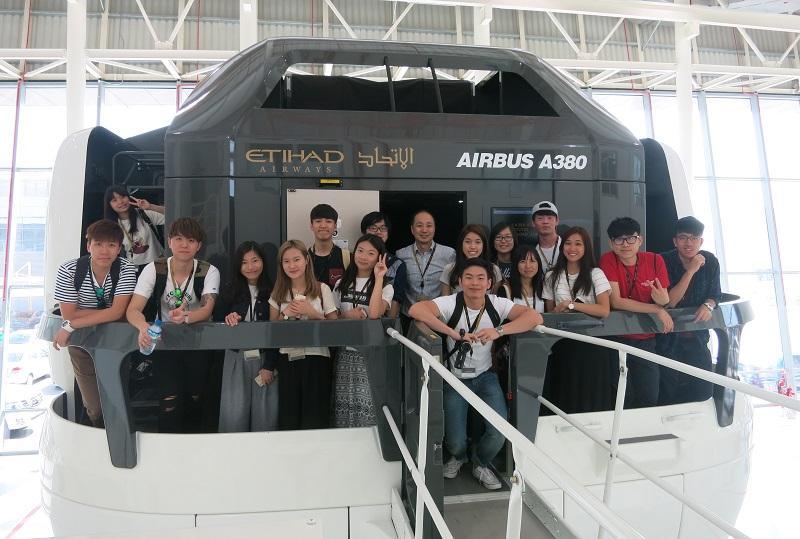 香港城市大學專上學院應用科技學部主任馬惟健博士 (中間穿裇衫者) 跟學生一起到杜拜參與遊學團