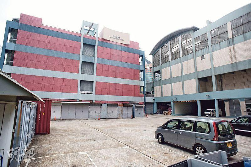 康文署長李美嫦表示,《預算案》提出擴建科學館和歷史博物館,圖中科學館後方的停車場,還有前方的大樓梯都是擴建研究方向之一,但仍處於構思階段。(黃志東攝)