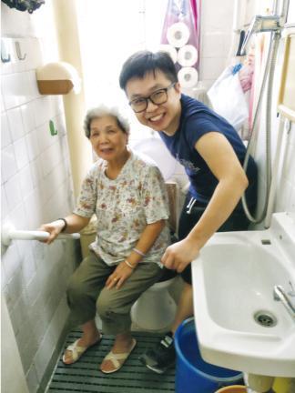 社企「長屋設計」過往培訓青年技工及義工上門協助長者家居維修,例如在洗手間加裝扶手架,讓長者活動更安全。(長屋設計提供)