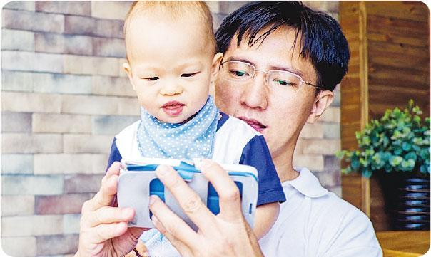 提早勞損——以手機充當「電子奶嘴」,雖可有效令子女乖乖坐定,但卻後患無窮,勞損痛症、眼疾統統提早報到。(圖:yaoinlove@iStockphoto)