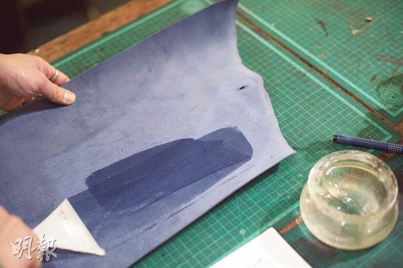 先於皮革底部塗上皮革處理劑(英文簡稱CMC),因底部質地本身較粗糙,塗抹後能使皮革內部摸起來更順滑,而且用的時間長了,皮碎也不會掉落。(圖:鄧宗弘攝)