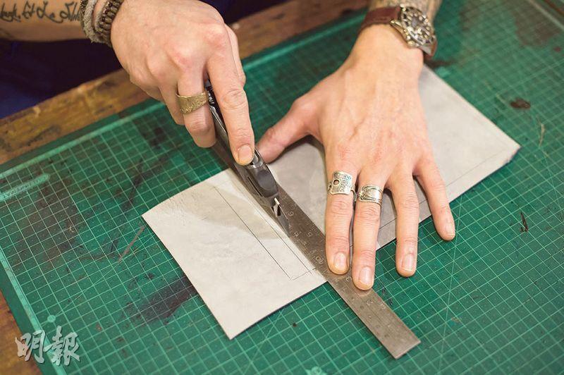 按照製作皮具的尺寸,先用針筆或銀筆畫出所需皮革形狀,再用刀和鐵尺切割。(圖:鄧宗弘攝)