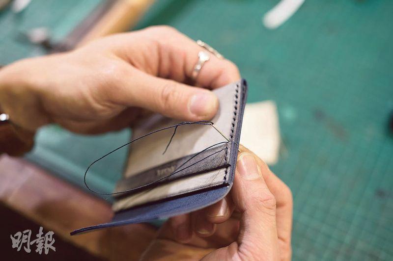 借助菱斬和木槌打好孔後,就可用針線把皮革縫合。最後用砂紙和CMC把皮革邊再打磨一次,皮套便大功告成。(圖:鄧宗弘攝)