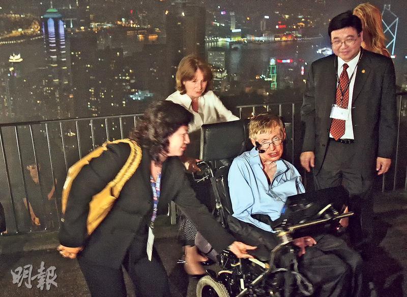 霍金2006年訪港,他主動提出要到山頂觀賞維港夜景,當時夜色被濃霧籠罩,他的願望差點落空,幸好最終「失而復得」。當記者問他是否希望再來港,他心情大佳,直截了當說「yes」。(資料圖片)