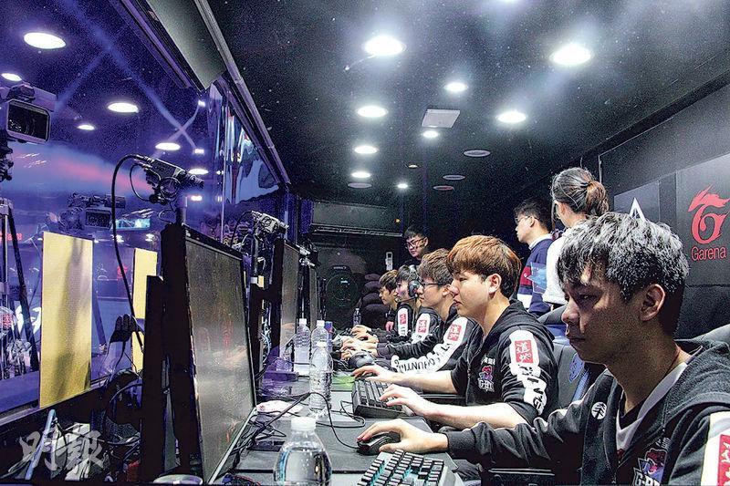 本月3日晚賽事上演前,G-Rex成員坐在舞台旁的對戰室,聽着教練指示,臉容開始變得緊張,定睛看着電腦屏幕。(陳柔雅攝)