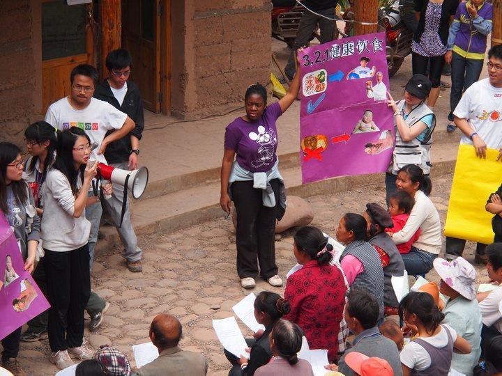 中大公共衛生碩士課程學生有機會跟來自海外的學生一起到內地偏遠農村,實地進行社區健康推廣實習活動。(相片由 CCOUC 災害與人道救援研究所提供)
